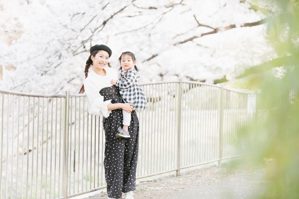 川沿いの桜並木で女の子とママ