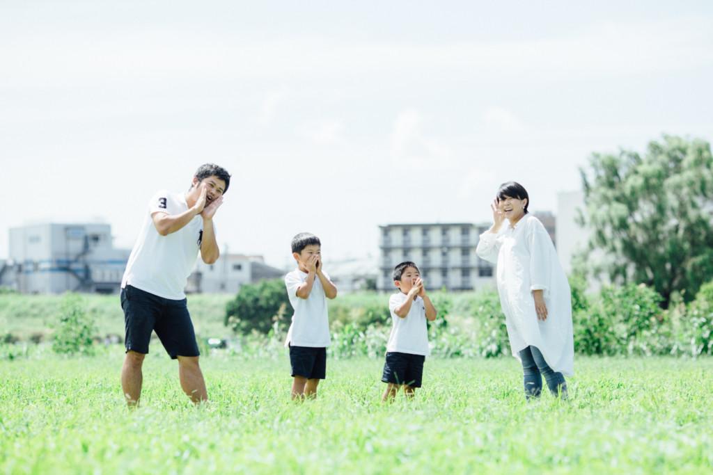 四人家族のマタニティ記念写真お腹の中の子におーい