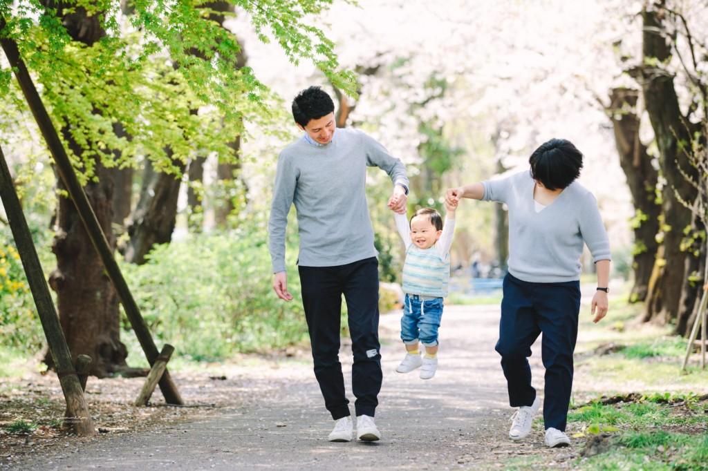 緑道でパパママ男の子手を繋いでジャンプ