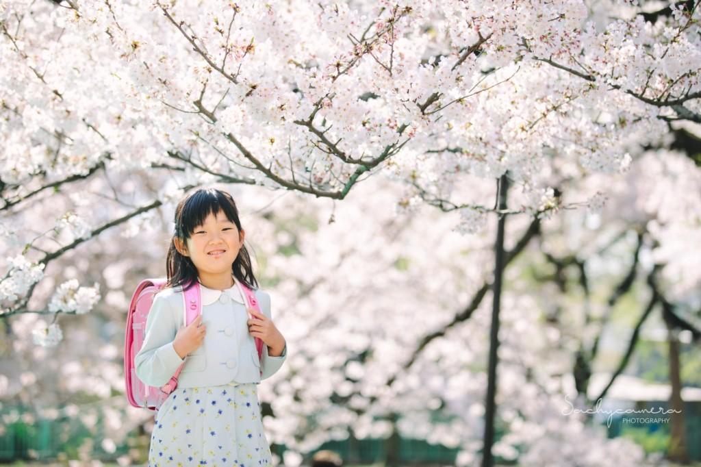 桜の下でランドセルのお姉ちゃん