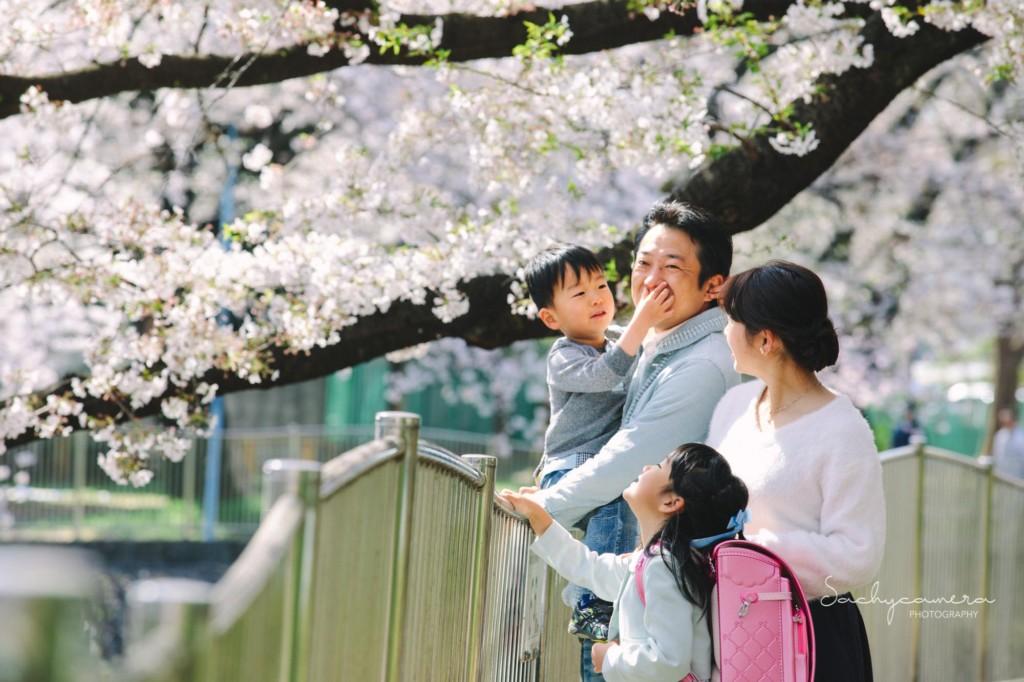 桜満開の川沿いで集合写真