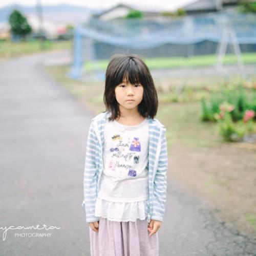 畑の脇道で長女2