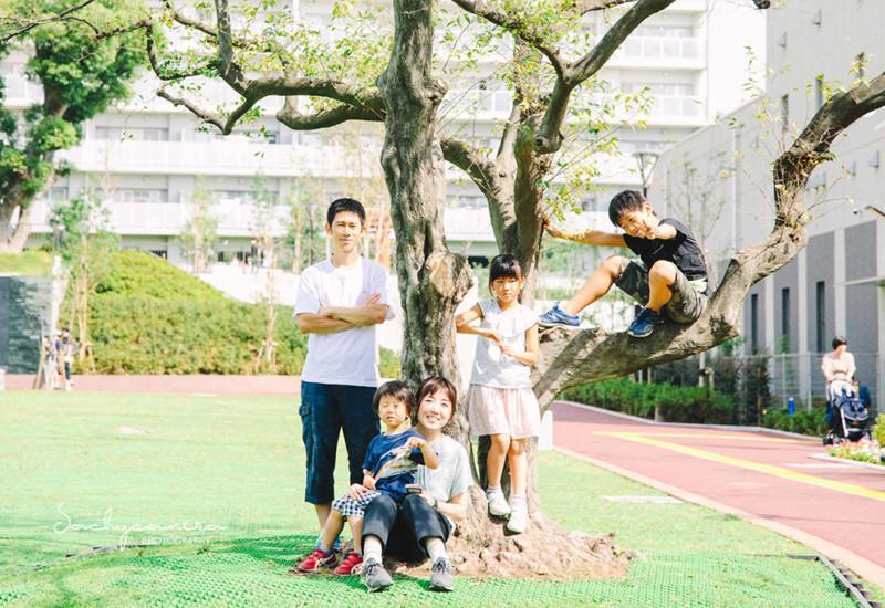 公園で家族の記念写真2