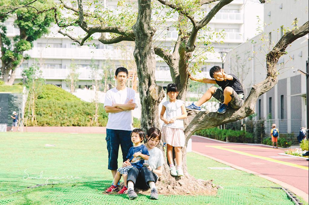 公園で家族の記念写真3