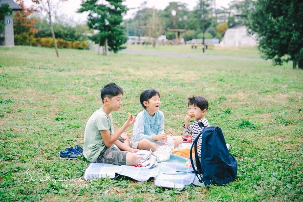 朝の公園でトーストをほおばる