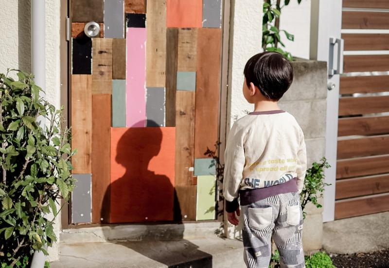 ドアを見る男の子