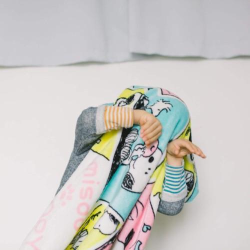 毛布をかぶっておどける子供