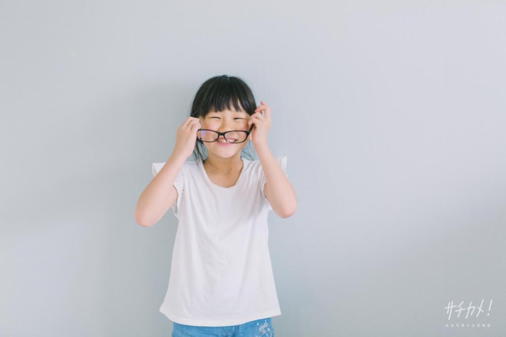 伊達眼鏡をかけた小学生