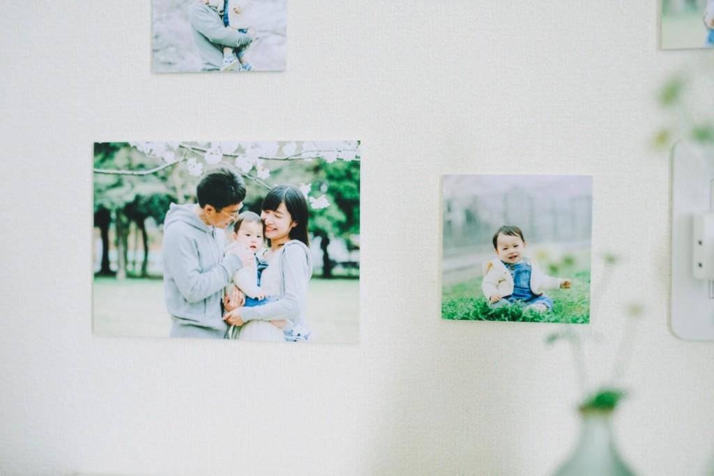 壁に飾られた写真
