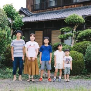 移住前後の家族の集合写真。