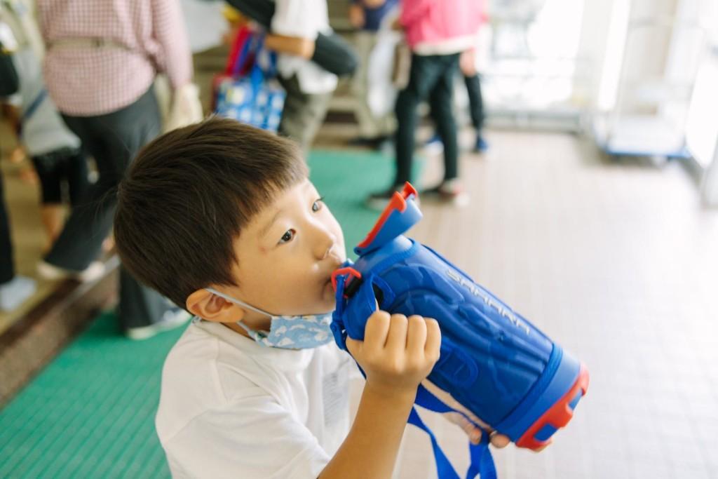 水筒を飲む男の子