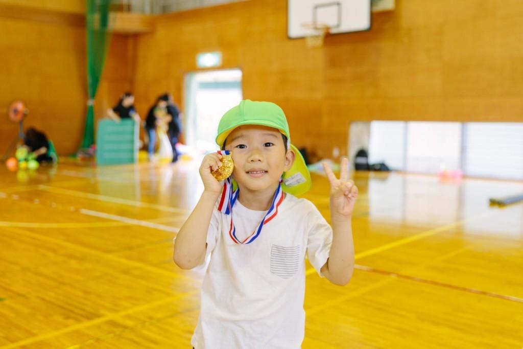 金メダルを持つ男の子