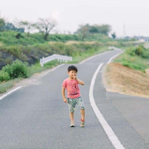 男の子散歩道